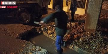 شبی در سرما و باران با کارگران شهرداری سیسخت+تصاویر و فیلم