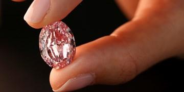 هواداران الماس 24 میلیون دلاری را از پیشانی خواننده آمریکایی کندند
