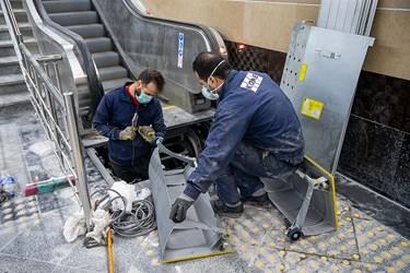 کارگران حاضر در ایستگاه مترو برج میلاد تهران