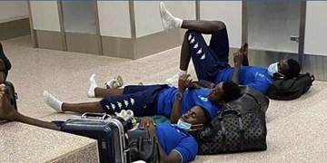 اتفاق عجیب در فوتبال آفریقا/حبس 13 ساعته تیم ملی فوتبال گابن در فرودگاه!+عکس