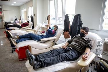 اهدای خون توسط داوطلبان در پایگاه مرکزی سازمان انتقال خون
