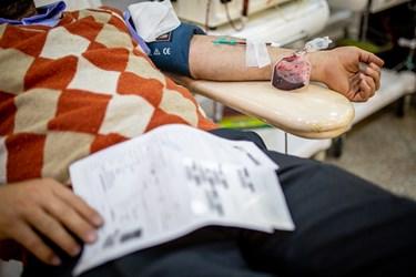 اهدای خون توسط یکی از داوطلبان در پایگاه مرکزی سازمان انتقال خون