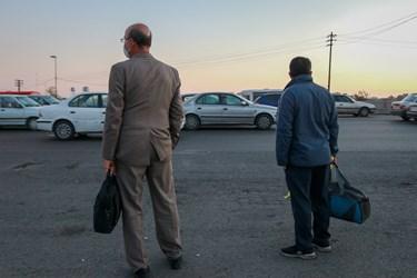 حضور مسافران بین راهی در کنار گذر آزاد راه کرج - قزوین