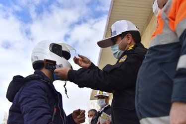 اهدای کلاه ایمنی به حاضران از دیگر برنامههای این همایش بود که در محل برگزاری همایش به بیش از 100 نفر به صورت نمادین اهدا شد.
