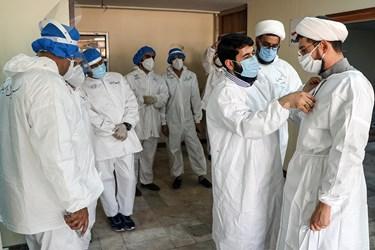 آماده شدن طلاب جهادی پیش از ورود به بخش های بیمارستان گلستان اهواز