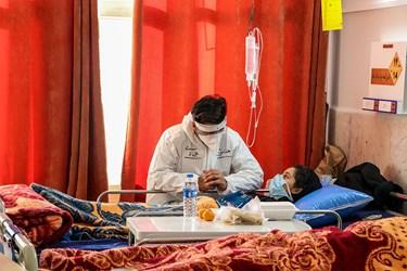 امیدبخشی و کمک به بیماران، ارائه مشاوره های تخصصی روان شناسی و همچنین خدمت رسانی به بیماران از جمله اقدام های طلاب جهادی در بیمارستان هاست.