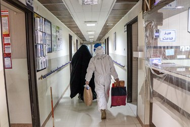 انجام کارهای شخصی بیماران، برقراری تماس با خانواده بیماران، کمک در مصرف دارو و غذا و تهیه دمنوش از جمله فعالیتهای طلاب در مراکز درمانی است