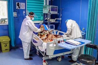 با توجه به اینکه امکان استقرار همراه بیمار برای ارائه خدمت به هر بیمار در بیمارستان ها وجود ندارد، طلبه جهادی به عنوان همراه بیمار در بیمارستان ها مستقر و به بیماران کرونایی ارائه خدمت میکند.