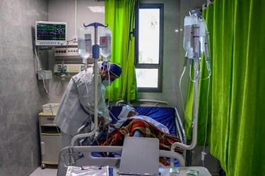با شیوع ویروس منحوس کرونا طلاب جهادی بر اساس حس مسئولیت پذیری و برای کمک به کادر درمان و دلگرمی به بیماران در برخی بیمارستانها و مراکز درمانی حاضر شده و به خدمت رسانی مشغول هستند.