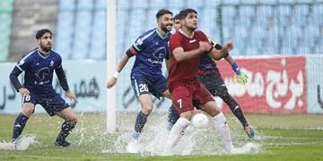 گزارش تصویری از بازی متوقف شده پیکان و شهرخودرو  در هوای بارانی