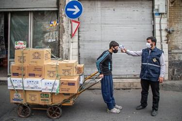 غربالگری و تب سنجی  کارگران در محله هرندی