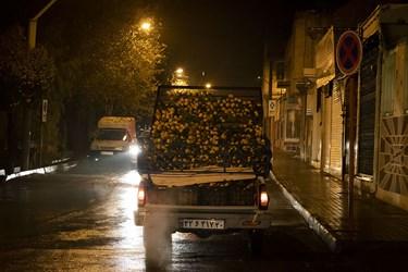 وانت بار فروش میوه قبل از آغاز ساعت اجرای محدودیتهای کرونایی در استان سمنان