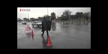 فیلم| روایت یک روز بارانی با مأموران راهنمایی و رانندگی