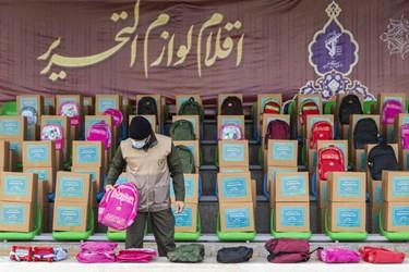 لوازم التحریرهای اهدایی سازمان بسیج به دانشآموزهای نیازمند در آیین رونمایی از طرحهای خدماترسانی بسیج