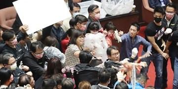 فیلم و عکس| کتککاری شدید در پارلمان تایوان بر سر واردات گوشت خوک از آمریکا