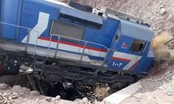 فرار قطار باری و خروج 2 لکوموتیو از خط/ لکوموتیوران بیرون پرید + عکس