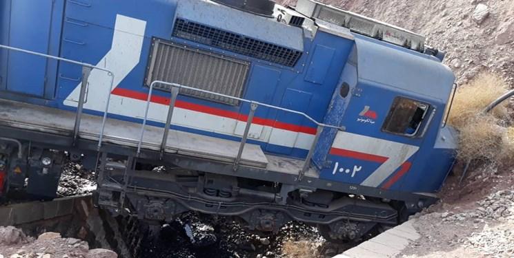 فرار قطار باری و خروج 2 لکوموتیو از خط / لکوموتیوران بیرون پرید + عکس