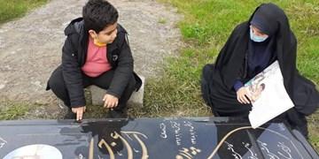 مشق عشق  بر سر مزار پدر دانشآموز