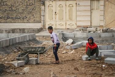 همکاری نوجوانان منطقه با جهادگران درساخت پارک در کوی طاهر اهواز