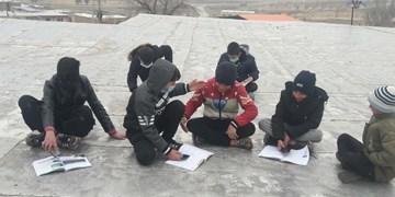 کلاس درس بچههای «چالهکند» بر فراز پشت بام/ سرمایی که در راه است و تجهیزاتی که نیست!