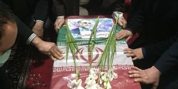 طواف پیکر شهید فخریزاده در حرم امام خمینی(ره)
