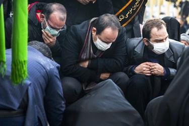 فرزندان شهید بر سر مزار شهید محسن فخریزاده در امامزاده صالح