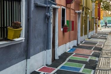 طرح محلهی رنگی (دوستی) در کوچه خسرو قدیانی در محله دستغیب منطقه ۹