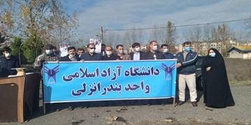اجتماع دانشجویان در مقابل ساختمان دفتر اتباع وزارت خارجه بندرانزلی