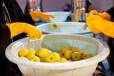 پس از شستشو، سیبها تمیز شده و اضافات آنها دور ریخته میشود.