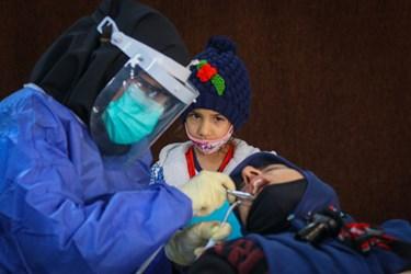انجام ویزیت، معاینه و ترمیم دندان های آسیب دیده  افراد مراجعه کننده توسط دندانپزشکان