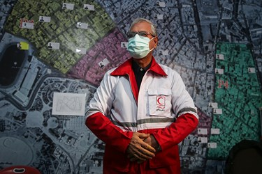 پوشیدن لباس داوطلبان جمعیت هلال احمر توسط علی ربیعی سخنگوی دولت
