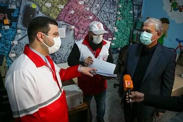 از راست: علی ربیعی سخنگوی دولت و محمد نصیری رئیس سازمان داوطلبان جمعیت هلال احمر در خانه هلال احمر محله هرندی