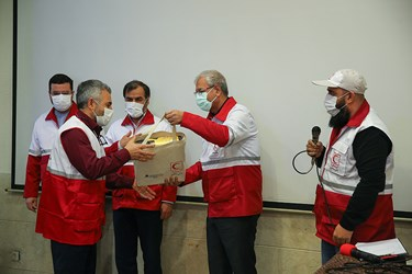 تقدیر از داوطلبان نمونه هلال احمر توسط علی ربیعی سخنگوی دولت در مراسم روز جهانی داوطلب