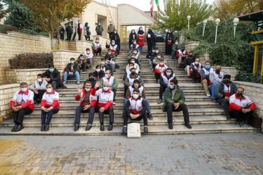 عکس یادگاری  علی ربیعی سخنگوی دولت با داوطلبان در خانه هلال احمر محله هرندی