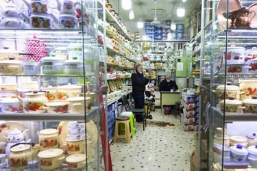 بنابر مصوبه ستاد ملی مبارزه با کرونا و تغییر وضعیت تهران از قرمز به نارنجی، از روز شنبه 15آذرماه99 بازار بزرگ تهران نیز پس از دو هفته تعطیلی بازگشایی شد.- فروشگاه بلوریجات