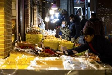 بنابر مصوبه ستاد ملی مبارزه با کرونا و تغییر وضعیت تهران از قرمز به نارنجی، از روز شنبه 15آذرماه99 بازار بزرگ تهران نیز پس از دو هفته تعطیلی بازگشایی شد.-بازار خشکبارفروشها