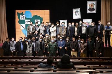 عکس یادگاری سردار علی فدوی جانشین فرمانده کل سپاه با دانشجویان در پایان آیین بزرگداشت روز دانشجو در دانشگاه تهران