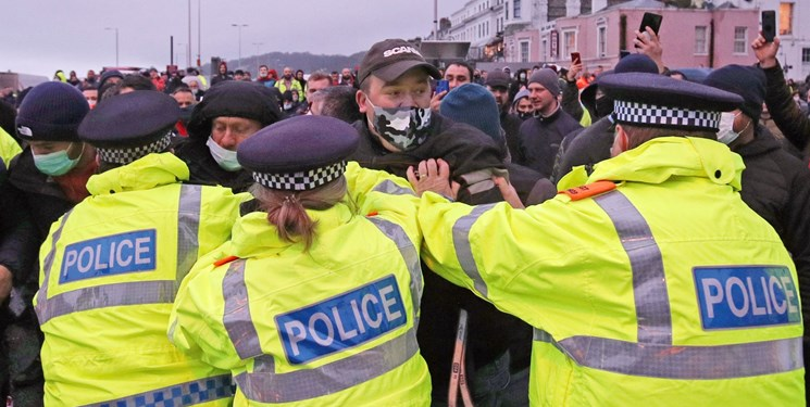 تصاویر| درگیری پلیس انگلیس با رانندگان کامیون در مرز فرانسه