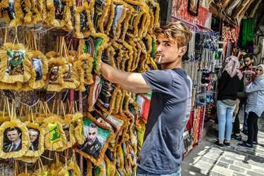 فروش لوازم تزئینی خودرو، با تصویرسردار شهید سلیمانی در بازار حمیدیه سوریه