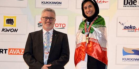 دختر شیرازی بر سکوی قهرمانی پاراتکواندوی جهان