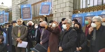 تجمع اعتراضی هنرمندان تئاتر مقابل مجلس / مطالبات تئاتری ها به صحن رسید