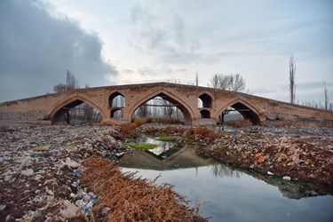پل میربهاءالدین  غرق در زباله