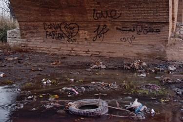 خاطره نویسی بر روی پل میربهاالدین زنجان و وجود زباله ها در اطراف این پل و عدم نظارت متولیان امر