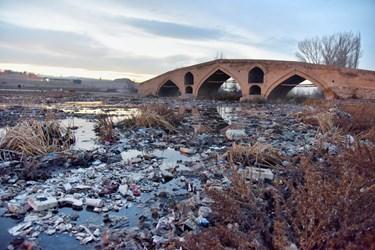 وجود زباله ها در پل میر بهاءالدین زنجان که مربوط به دوره قاجار است و بر روی رودخانه زنجان رود واقع شدهاست.