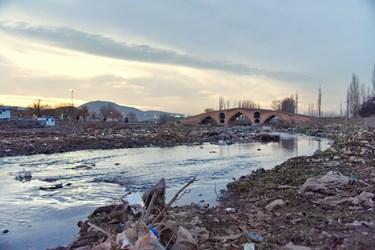 وجود زباله ها در زیر پل میر بهاءالدین زنجان که مربوط به دوره قاجار است و بر روی رودخانه زنجان رود واقع شدهاست.