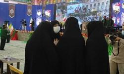 فیلم| گفت و شنود صمیمانه خانواده شهدای تشییع با فرزند حاج قاسم