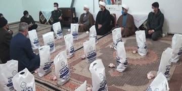 کمک مومنانه| توزیع ۱۰۰ بسته معیشتی و گوشت قربانی توسط خیر پارسآبادی