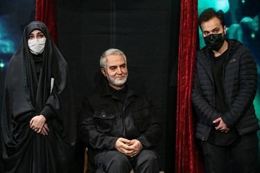 محمدرضا و فاطمه سلیمانی فرزندان شهید حاج قاسم سلیمانی در کنار تندیس ایشان در برج میلاد