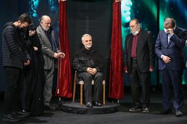 رونمایی از تندیس شهید سپهبد قاسم سلیمانی با حضور جمعی از هنرمندان و خانواده شهید سلیمانی در برج میلاد