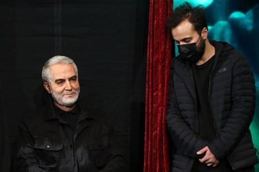 محمدرضا سلیمانی فرزند شهید حاج قاسم سلیمانی در کنار تندیس ایشان در برج میلاد